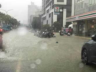 暴雨狂襲!桃園蘆竹大淹水 路邊機車全泡湯