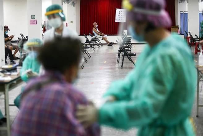 北市又增加3例施打疫苗猝死的案例,皆為男性長者,當中1名為長期洗腎患者,其他2人則都有高血壓。(是意圖/本報資料照片)