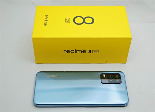realme 8 5G包裝與手機。(黃慧雯攝)