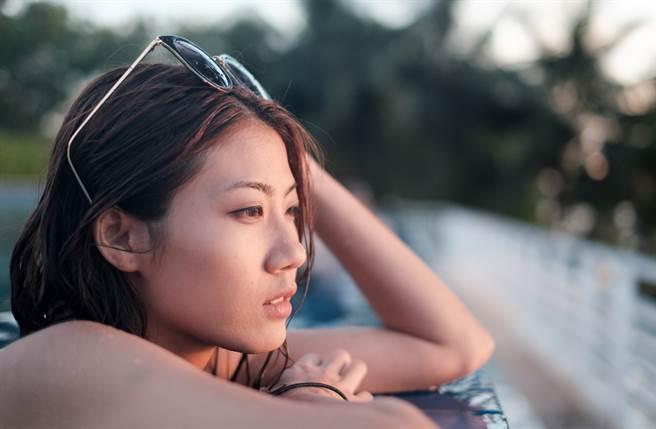 天秤座、巨蟹座、摩羯座的愛情觀最癡情,一輩子只想談一次戀愛。(圖/Shutterstock)