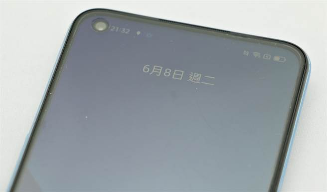 realme 8 5G採用打孔螢幕設計,出廠即有保護貼。(黃慧雯攝)