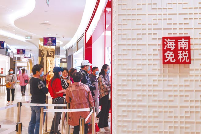 海南省長馮飛表示,堅決不讓海南自貿港成為避稅天堂。圖為消費者在海口日月廣場免稅店購物。(新華社)