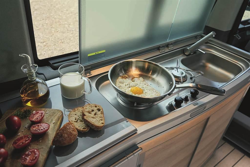 標配雙口瓦斯爐與42升冰箱,在車內就能讓佳餚輕鬆上桌。