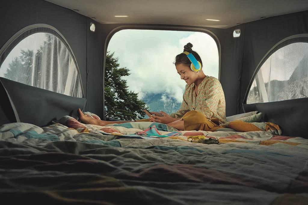 上鋪由54組獨立碟形彈簧組成的床架,輕鬆用雙手將液壓升降式車頂帳篷升起,就是另一處舒適臥鋪。