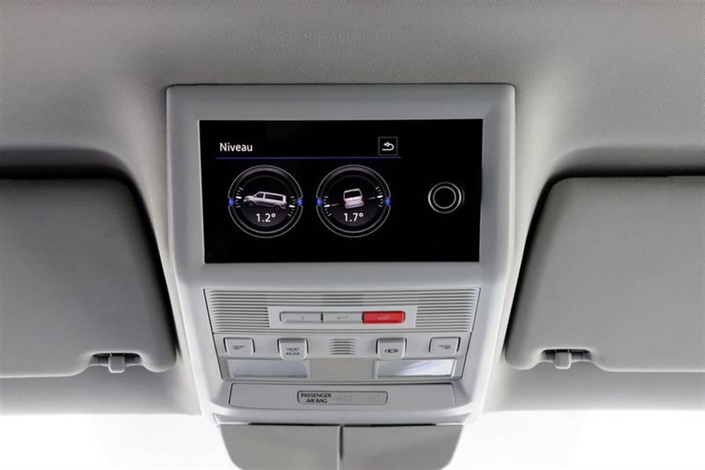 新增「多功能液晶中央控制面板」,以全彩多點式觸控螢幕搭配旋鈕作為操作介面,具備有電瓶、清水與汙水箱狀態顯示。
