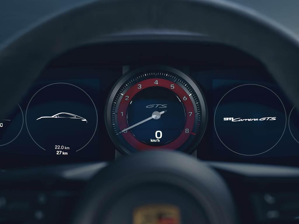 GTS內裝套件的縫線也有胭脂紅或蠟灰色可供選擇,而安全帶、座椅頭枕施以GTS字樣、轉速錶以及跑車計時套件的碼錶底色時鐘皆採用相同對比色。