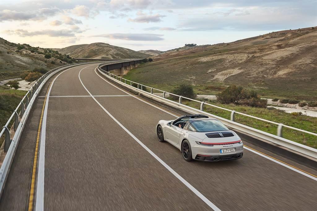 全新911 GTS的雙渦輪增壓水平對臥六缸引擎最大馬力達480 PS (353 kW),最大扭力為570 Nm,比前代車型增加了20 Nm。