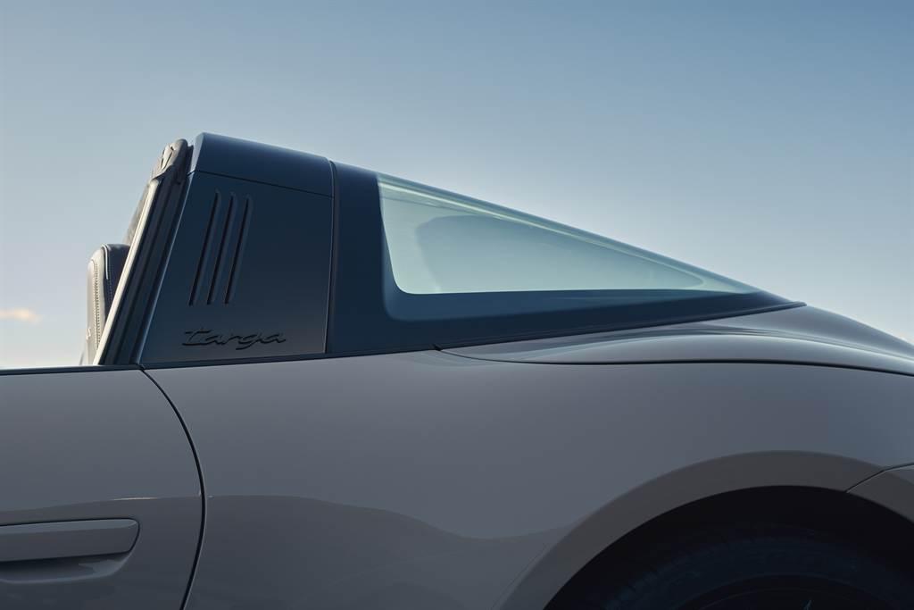 大量暗色及黑色處理的外觀細節是911 GTS的一大特徵。在911 Targa 4 GTS上,這樣的外型特色也延伸到Targa著名的防滾桿以及其銘牌徽飾。
