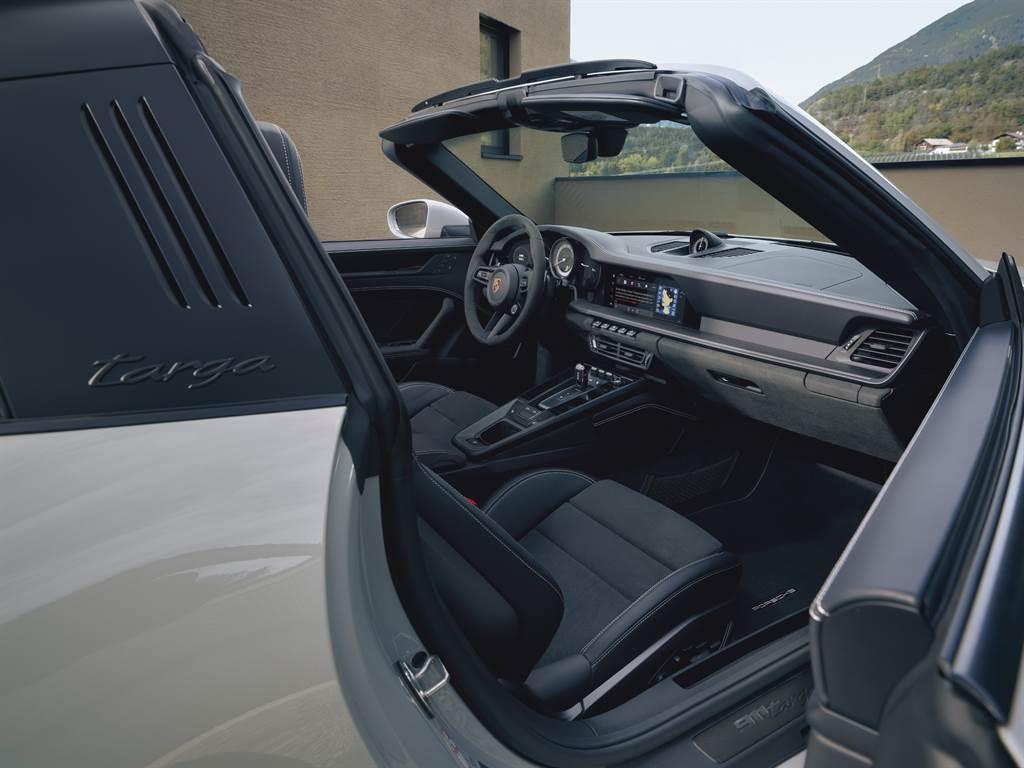 許多Race-Tex材質功能彰顯了911 GTS車型動感而不失優雅的氣質。中央椅面、方向盤緣、車門把手、車門板扶手、中央置物盒蓋與排檔桿皆採用了高品質微纖維材料裝飾。