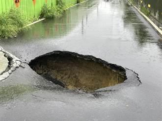 台南安南區防汛道路現坑洞 警方拉封鎖線呼籲改道