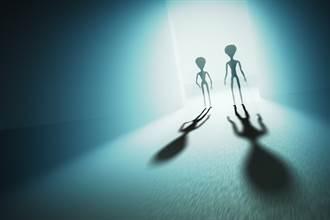 女被5外星人綁架陷愛河 每晚窗邊盼情人:無法再愛地球男