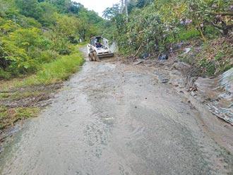 雨炸台南山區 多處農路坍方樹倒