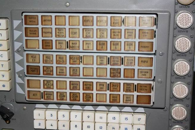 前蘇聯和平號太空站同型的操作介面及運載火箭都是使用俄文,美國人曾要求添加英文介面,俄國人完全不為所動。圖為與和平號太空站同型的操作介面。(圖/網路)