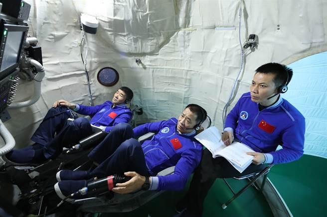 圖為中國太空人聶海勝(中)、劉伯明(左)和湯洪波進行交會對接訓練。他們在訓練時都使用中文介面與操作手冊,未來其外國太空人登上天宮太空站,勢必也得學習中文才能順利工作。(圖/新華社)