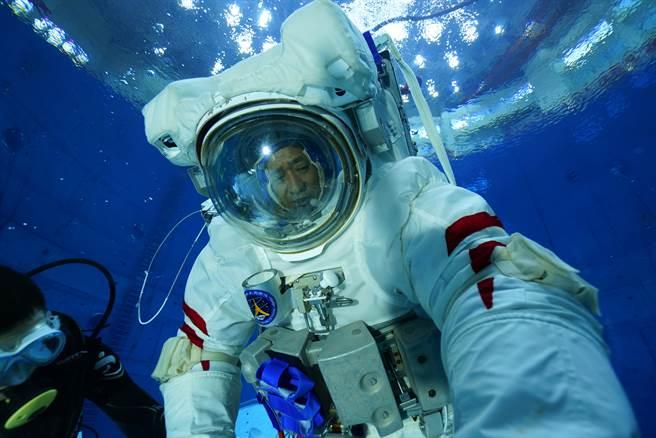 大陸太空人聶海勝進行失重環境水下訓練,以模擬在太空站的艙外太空漫步。( 圖/新華社)