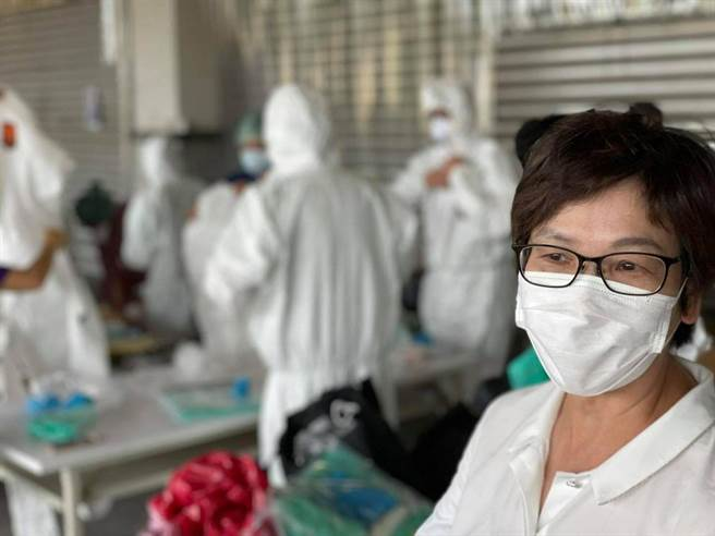 疫情嚴峻,民眾黨立委蔡壁如重回第一線幫忙。(圖/摘自蔡壁如臉書)