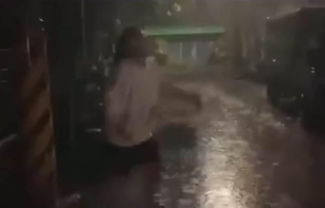單身妹雨中哭喊「我原廠的」,49秒影片濕身求愛,網一看全笑翻直呼,三級警戒女孩真的悶壞了。(圖/翻攝自臉書社團《重機車友 ❘ 各區路況、天氣回報中心》)