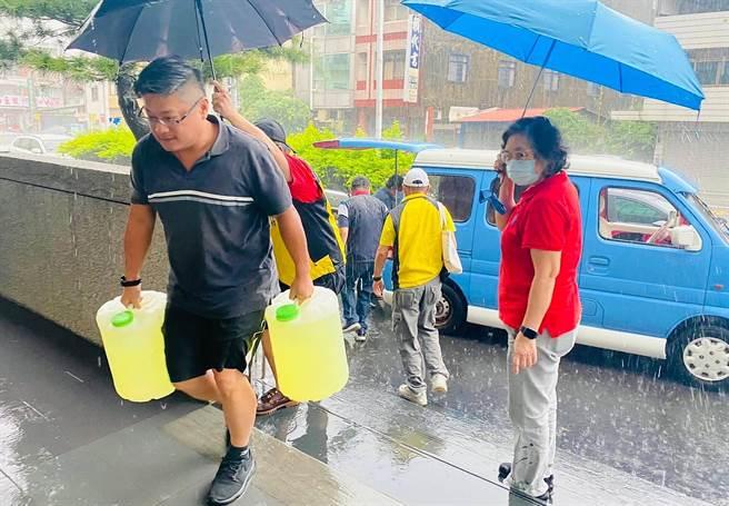 防疫工作一起努力,立委許淑華團隊與縣議員游顥,為名間鄉公所募集到17桶濃縮次氯酸水與消毒水,用於社區消毒。(許淑華服務處提供/黃國峰南投傳真)