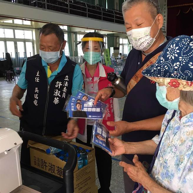 防疫工作一起努力,立委許淑華團隊持續於接種站發放送面罩與口罩,守護鄉親的健康。(許淑華服務處提供/黃國峰南投傳真)
