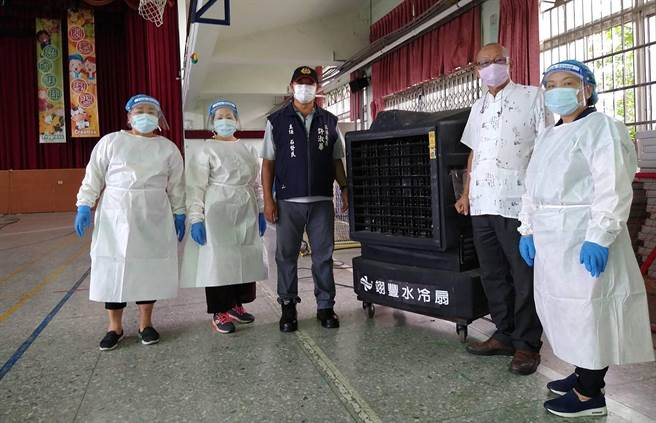 防疫工作一起努力,立委許淑華團隊向業者調用冷水機及大型電風扇做為會場降溫使用,為身著防護衣的醫護人員減低作業負擔。(許淑華服務處提供/黃國峰南投傳真)