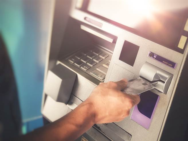 美國一名婦人日前到ATM領錢,卻發現自己的戶頭餘額竟高達近10億美金。(示意圖/達志影像)