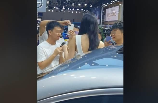 美女車模慘遭一群男子緊貼狂拍,手足無措一幕瘋傳。(取自抖音)
