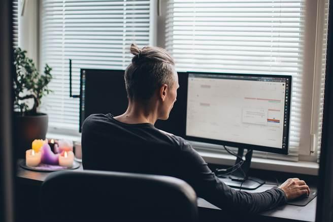 全國疫情三級警戒確定延長至7月12日,企業紛紛實施分流上班、居家工作、視訊會議等防疫應變措施。(圖/取自Pexels)