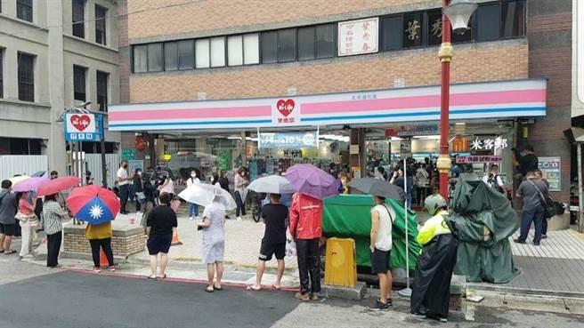 家用快篩劑開賣,萊爾富超商北市迪化店湧排隊潮,景象曝光讓眾人憂慮「又群聚了」!(吳奕萱攝)