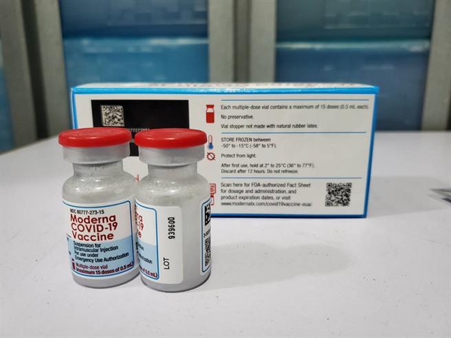 網傳COVID-19 mRNA疫苗恐傷害人體,中央流行疫情指揮中心今(27)日澄清,疫苗中的mRNA並不會進入細胞核。圖為mRNA疫苗莫德納。(圖片來源:食藥署提供)