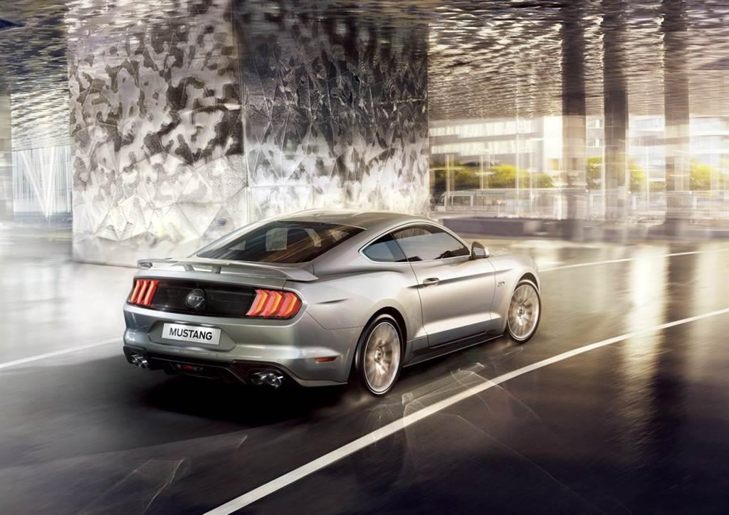 Mustang全車系燈具全採用LED燈具組,車尾標配競速型後擾流尾翼,以高調競技外型為經典美式跑車增添風采。