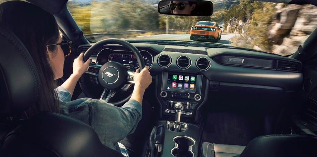 內裝科技質感呼應外觀,深色鋁質亮面刷紋飾板打造低調時尚品味。方向盤、排檔桿、手剎車、中央扶手及副駕駛座膝部皆以高質感皮革面料鋪陳,搭配12.3吋全液晶多功能顯示儀錶螢幕,營造戰鬥機座艙的車室氛圍,完美詮釋科技與經典的前衛風格。