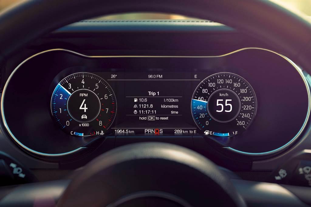 2021年式Mustang配備12.3吋全液晶多功能顯示儀錶螢幕、可記憶多種駕馭轉向排氣閥門模式組合的MyMode個人化系統、TrackApp賽道模式系統、及GT Premium限定的主動式排氣閥門模式,為駕駛者提供別具個人化的野馬跑格。