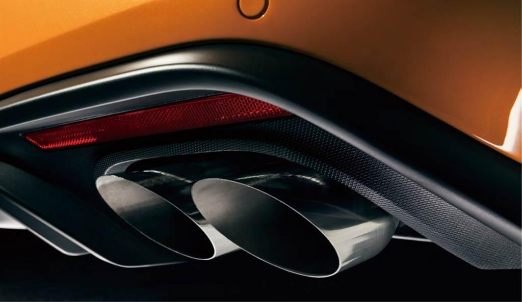 21年式Mustang GT Premium採競技型雙邊雙出尾管設計,搭上主動式排氣閥門控制系統,展現性能跑車魅力。