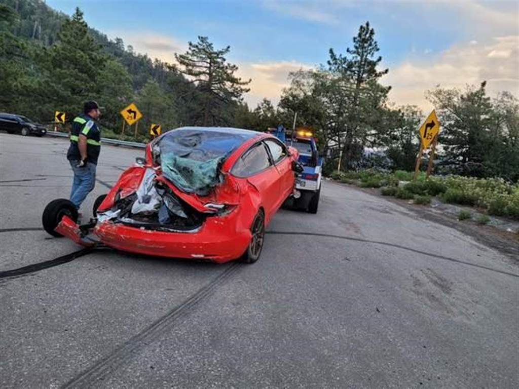 連人帶車墜 30 公尺深山谷也沒事!Tesla Model 3 五星安全沒吹牛,乘客輕傷自行脫困
