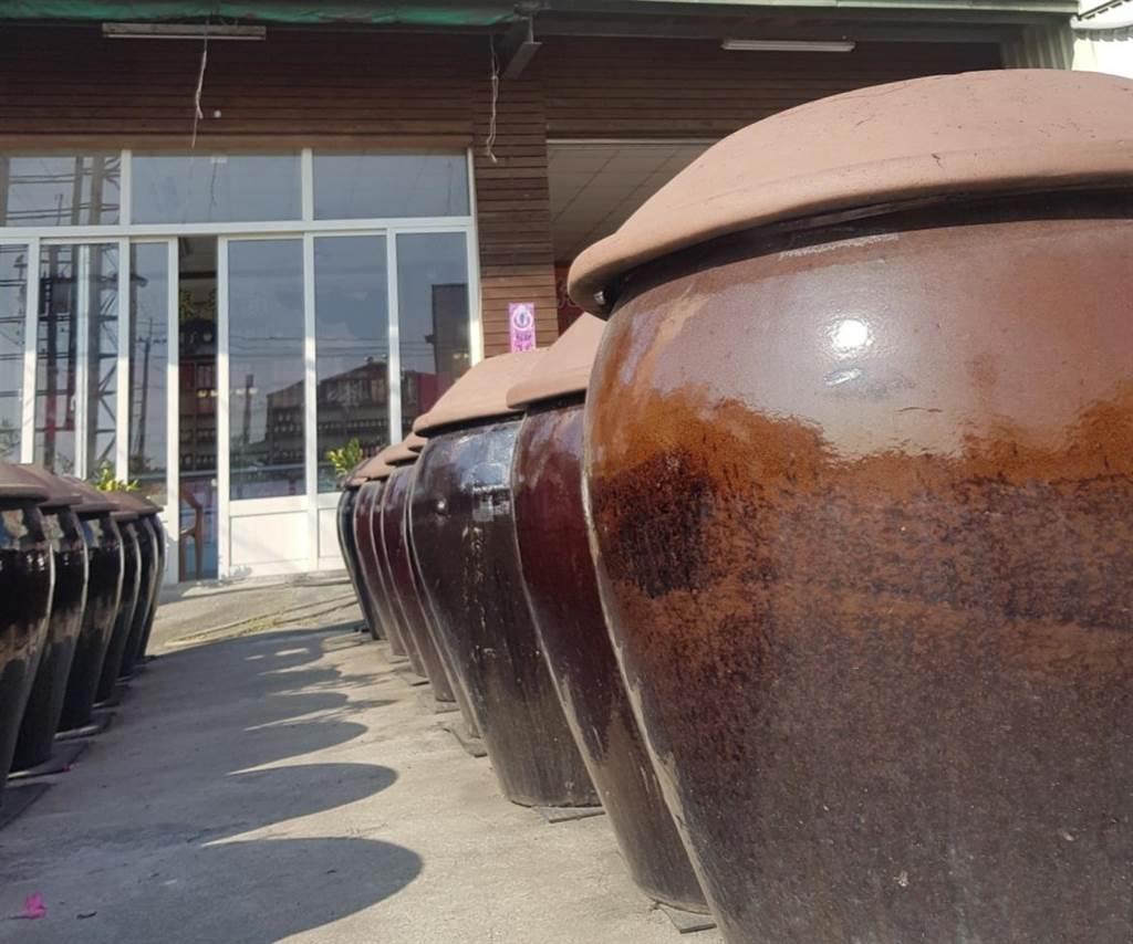 金大研發的「蔭油」遵照傳統古法,經過120天以上的大甕曝曬過程。(金大提供)