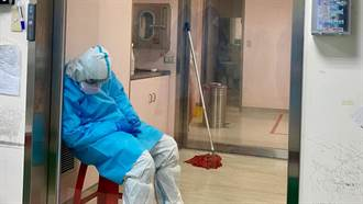 消毒負壓房一次100分鐘 醫曝清潔員累癱照:該有多崩潰
