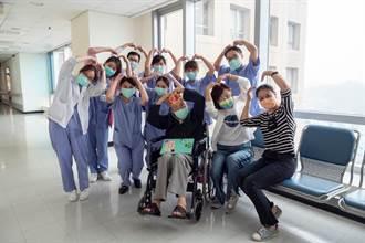 染疫百歲人瑞康復出院 鼓舞雙和醫院團隊