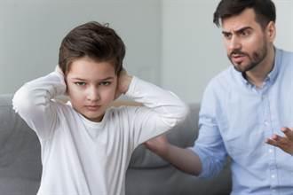 男童貪玩不繳作業 嚴父使「1絕招」秒求饒 眾人讚爆