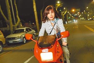 陳美鳳變身女飛仔帥騎重機救人