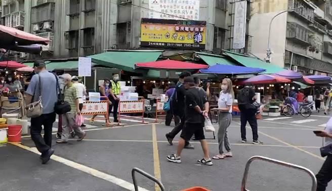 不意外台灣三級警戒延長,急診醫指出各地仍有許多感染源不明的病例,目前真的沒有解封的條件。圖為傳統市場出現人潮的畫面。(本報系資料照)