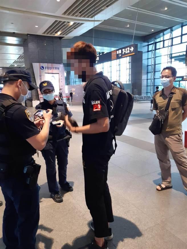 警方在高鐵烏日站逮捕準備再度難下犯案的黃姓車手。(翻攝照片/石秀華高雄傳真)