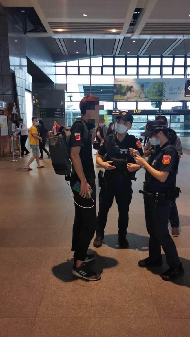 年僅21歲的黃姓車手被警方在高鐵烏日站攔截逮捕。(翻攝照片/石秀華高雄傳真)