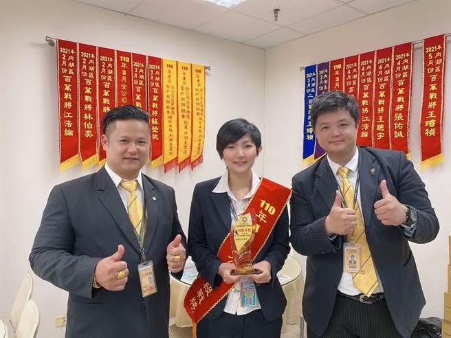 永慶房屋有專屬學長姐一對一的「師徒制」指導,讓蘇瑩純(中)輕鬆步入房仲業,她相當感謝店長許勝億(左)和師父江浩綸(右)的提拔。(圖/永慶房屋提供)