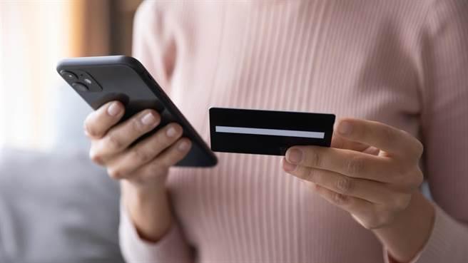 紓困申請沒過秒接銀行信貸推銷,網揭背後殘酷真相。(圖/達志影像)