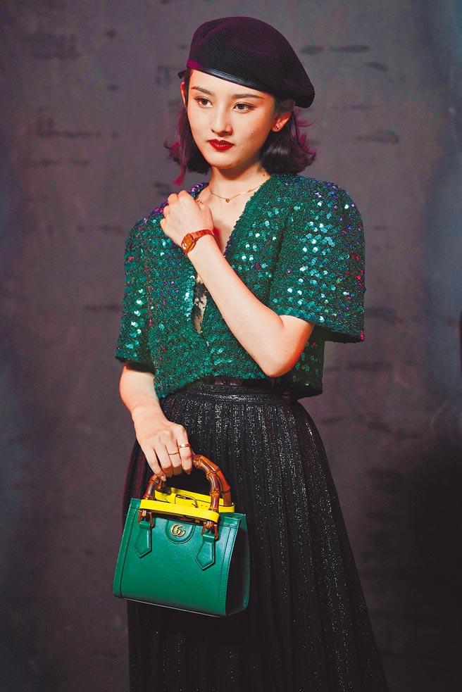宋祖兒以綠色閃亮質感上衣,搭配黑裙、Diana托特包登場。(CFP)