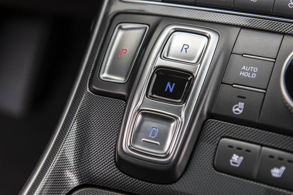 變速箱全面改採8速DCT雙離合自手排系統,並且取消了傳統排檔桿,改為按鍵式。