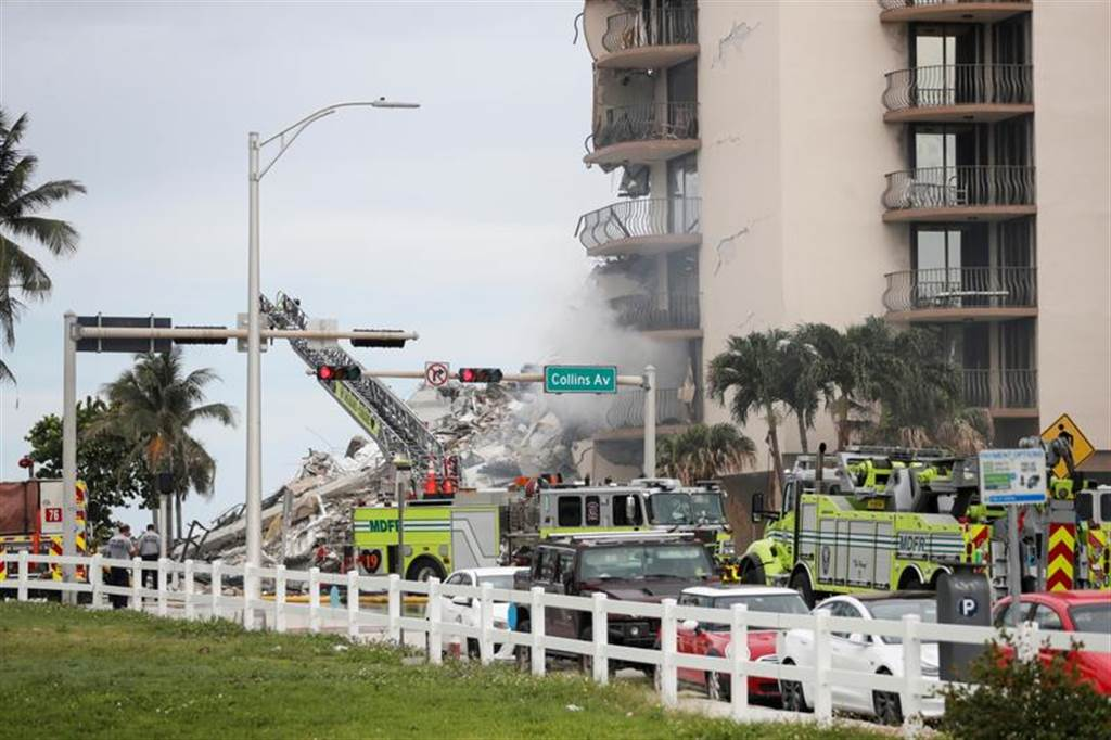 美国佛罗里达州近迈阿密海滩(Miami Beach)的12层楼建筑历经数十年的下陷后,周四终于半坍,灾情惨重,图为紧急救援人员6月24日搜寻失踪住户的画面。(路透)(photo:ChinaTimes)