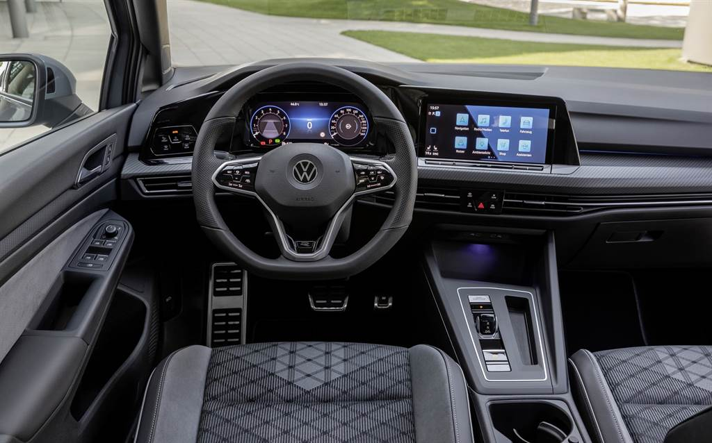 Golf全車系採用10.25 吋全邏輯數位化儀表、數位觸控燈組制面板,讓資訊顯示清晰且介面簡單易懂。