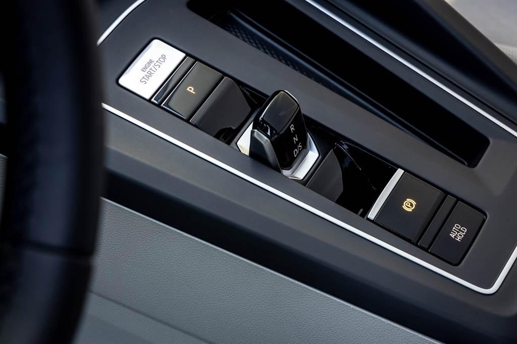 Golf 第八代改採以數位訊號傳送檔位的全新電子線傳式排檔系統,整體造型簡約俐落。