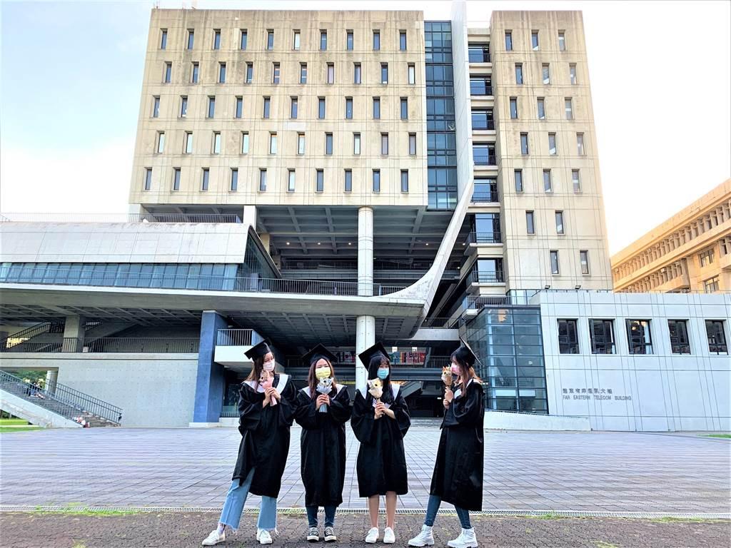 元智大學管理學院畢業生三五好友於校園內拍攝畢業照留念。(圖/元智大學提供)